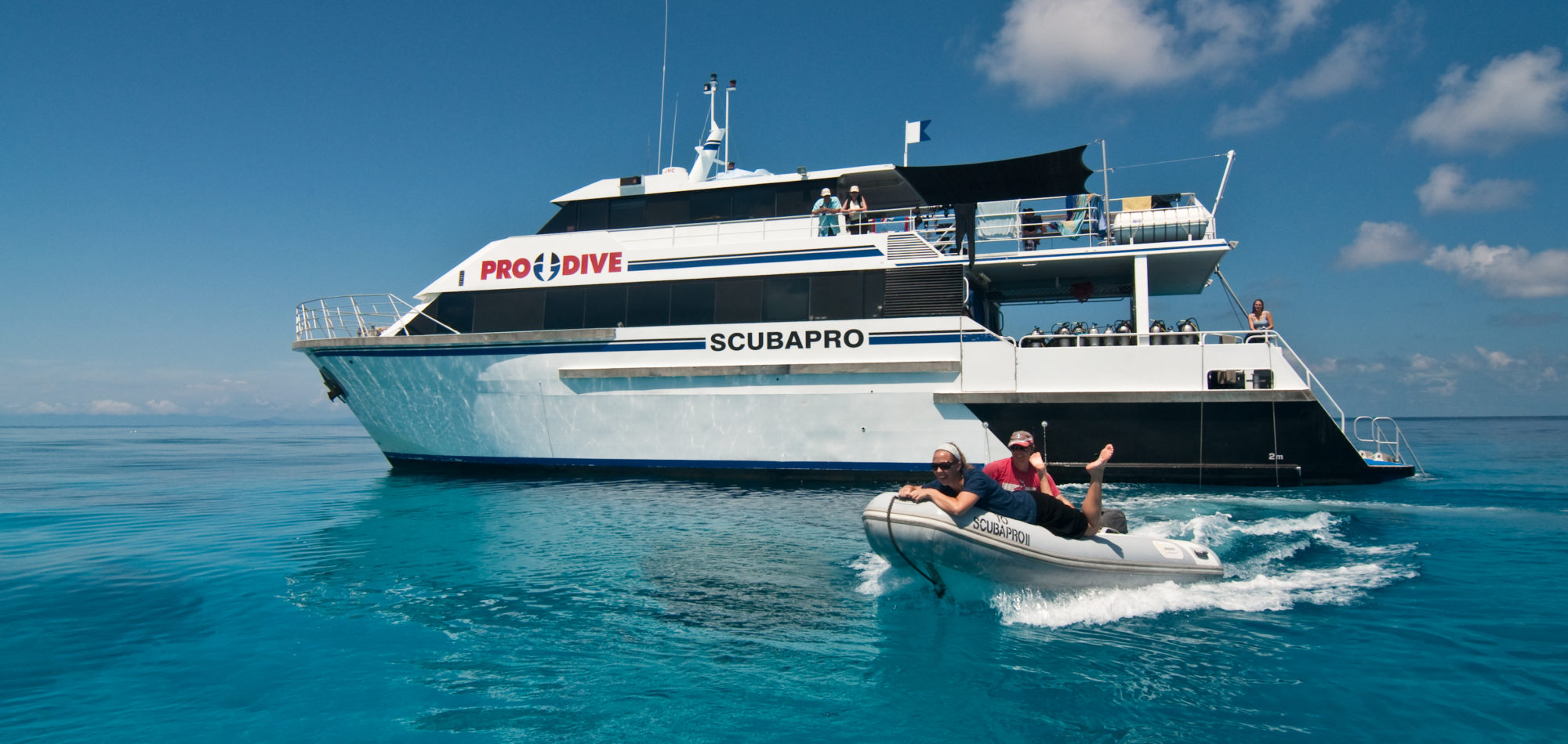 Cairns, learn to scuba dive - Pro Dive dive boat